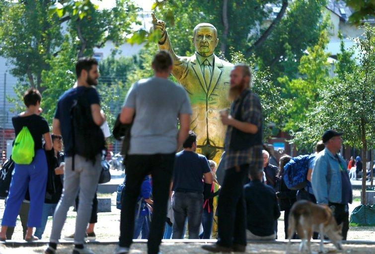 Vokietijoje saugumo sumetimais pašalinta Turkijos prezidento statula (nuotr. SCANPIX)