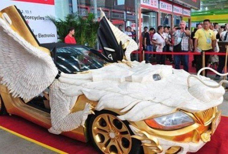 """Automobilis """"BMW Z4"""" transformavosi į auksinį drakoną """"Klaipėda"""""""