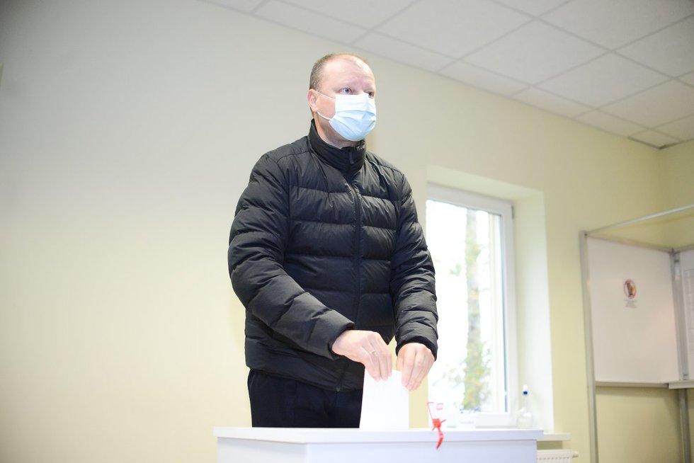 Saulius Skvernelis balsavo Platiniškių rinkimų apylinkėje Vilniaus rajone