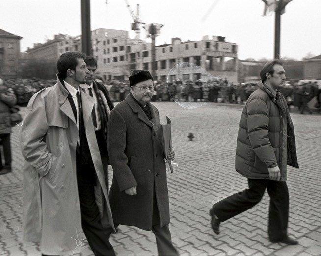 Vytautas Landsbergis ir jo antrininkas Andrius Česnakavičius (su šviesiu apsiaustu)