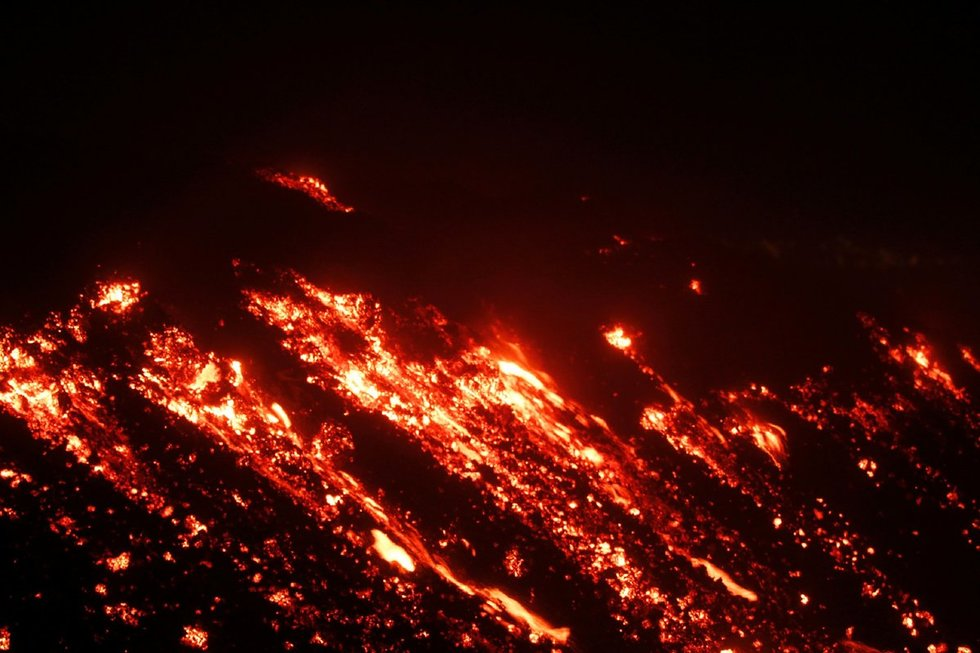 Įspūdingas reginys: Kalėdų išvakarėse išsiveržė Etnos ugnikalnis