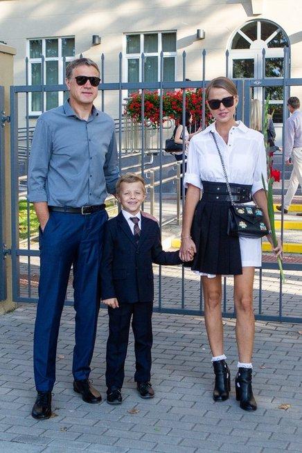 Skaisgiriai lydi sūnų į mokyklą