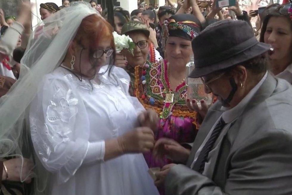 Vienur Moters dieną švenčia dviejų moterų vestuvėmis, kitur – protestais (nuotr. stop kadras)