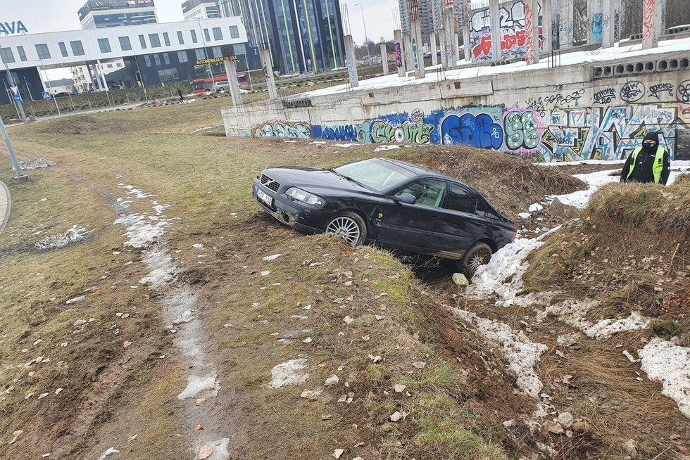 Girta moteris su Volvo nulėkė į griovį vakariniame Vilniaus aplinkkelyje (nuotr. Broniaus Jablonsko)