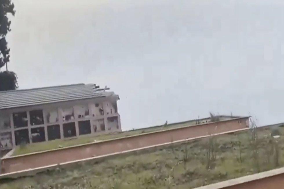 To dar nebuvo matę: nufilmavo, kaip dalis kapinių dingsta į nežinią (nuotr. stop kadras)