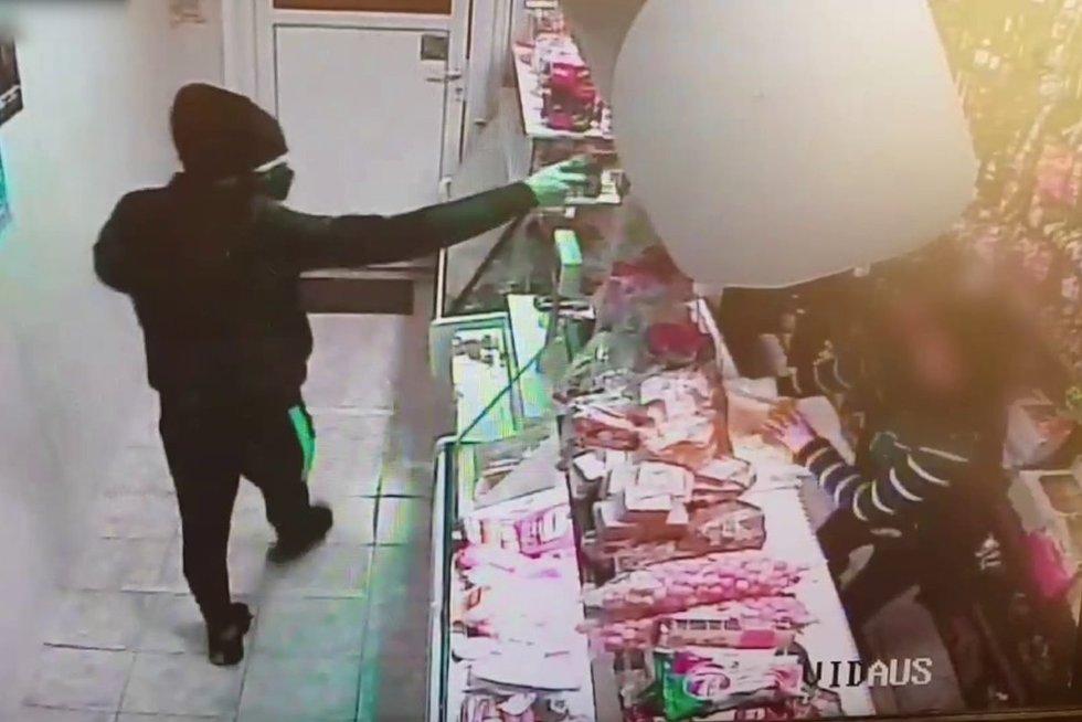 Mažeikiuose pardavėja sukėlė šoką ginkluotam užpuolikui – puolė jį su visa drąsa (nuotr. Policijos)