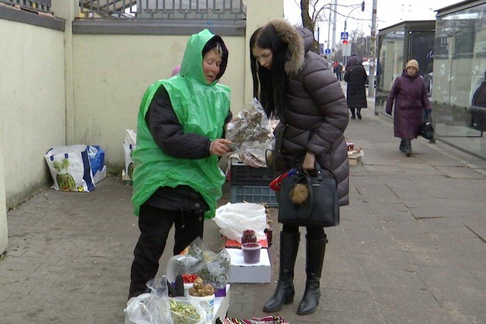 Žoleles pardavinėjanti Janina (nuotr. stop kadras)