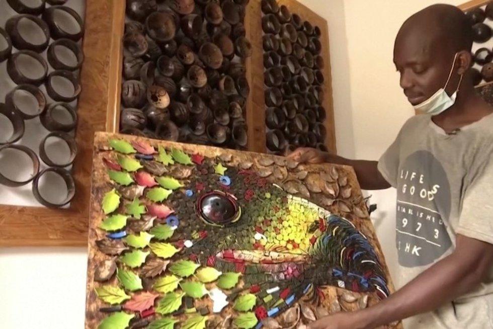Nigerijos menininkas stebina: iš kokosų gamina paveikslus ir aksesuarus (nuotr. stop kadras)