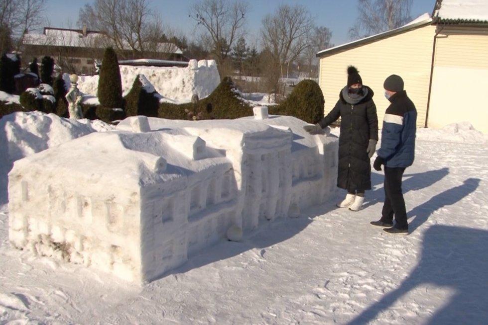 Lietuviai toliau stebina išradingumu: iš sniego – neįtikėtini kūriniai (nuotr. stop kadras)