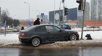 Avarija Ozo gatvėje: BMW suniokojo šviesoforą (nuotr. Broniaus Jablonsko)