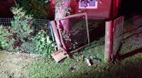 Tauragės rajone per kaimą lėkęs BMW įvažiavo į namo tvorą (nuotr. Tauragės žinių)