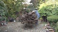 Panevėžietis iš senų kastuvų, grėblių ir kitų rakandų įprasminti metus– ruošia koronaviruso skulptūrą (nuotr. stop kadras)