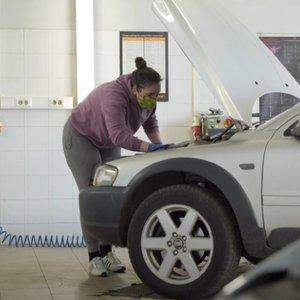 Automechanikė Karolina laužo visus standartus: planuoja atidaryti savo autoservisą ir pasirodyti ralyje