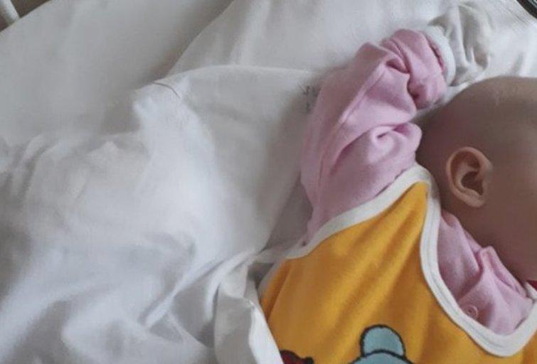 Sergančiu kūdikiu ligoninėje niekas nesirūpina