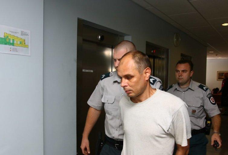 Į teismą atvesti įtariamieji moters nužudymu  nuotr. Broniaus Jablonsko