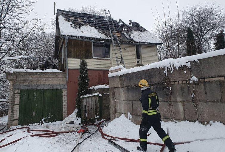 Iš degančio namo Vilniuje žmonės spėjo išbėgti, išneštas ir kačiukas (nuotr. Broniaus Jablonsko)