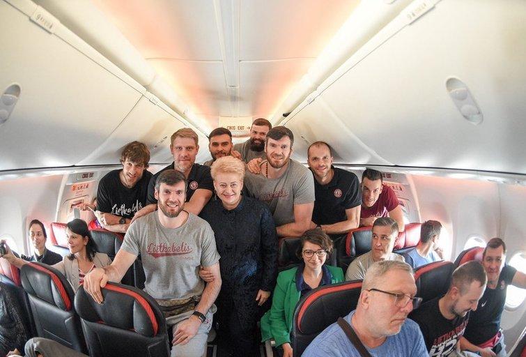 """Metų kadras: """"Lietkabelio"""" krepšininkai lėktuve sutiko pačią Dalią Grybauskaitę (nuotr. facebook.com)"""