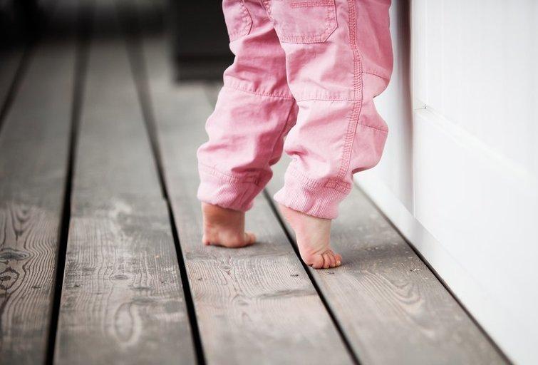 Mažylis vaikšto ant pirštukų (nuotr. Shutterstock.com)