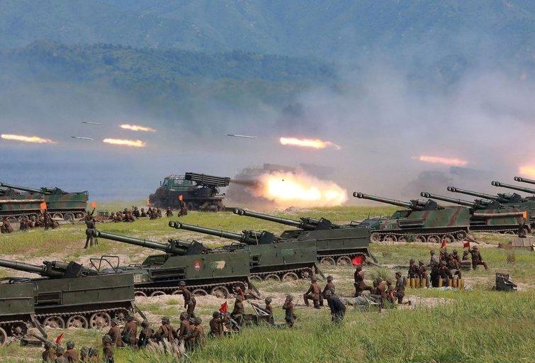 Šiaurės Korėja paleido tris mažo nuotolio balistines raketas (nuotr. SCANPIX)