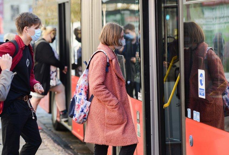 Žmonės stotelėje (nuotr. Fotodiena/Justino Auškelio)