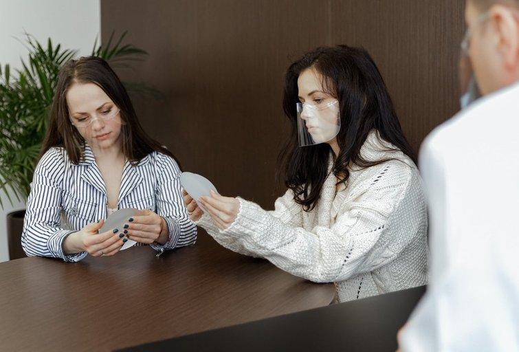 Irūna ir Ineta Puzaraitės ryžosi plastinei oepracijai (nuotr. Organizatorių)