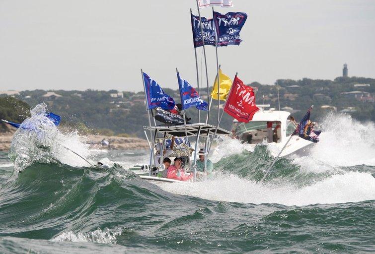 Trumpo paramos parade nuskendo keturios valtys (nuotr. SCANPIX)