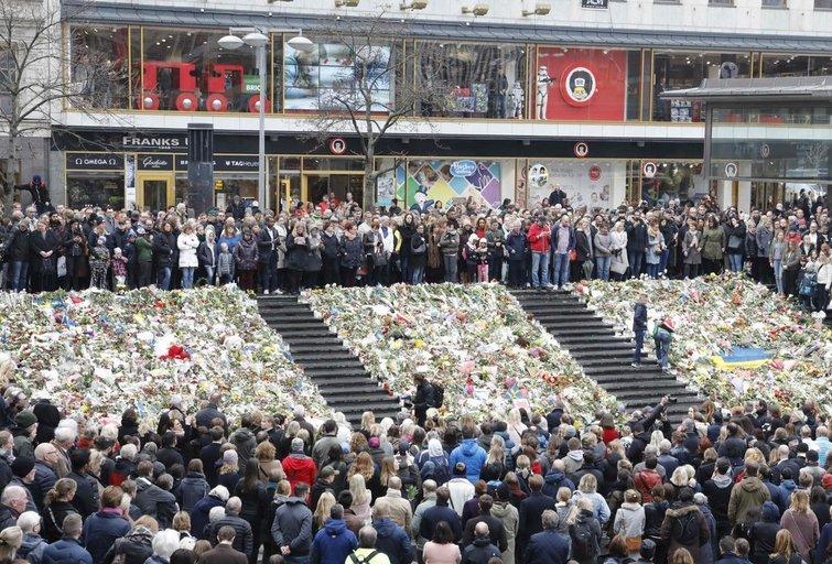 Švedija tylos minute pagerbė išpuolio Stokholme aukas (nuotr. SCANPIX)