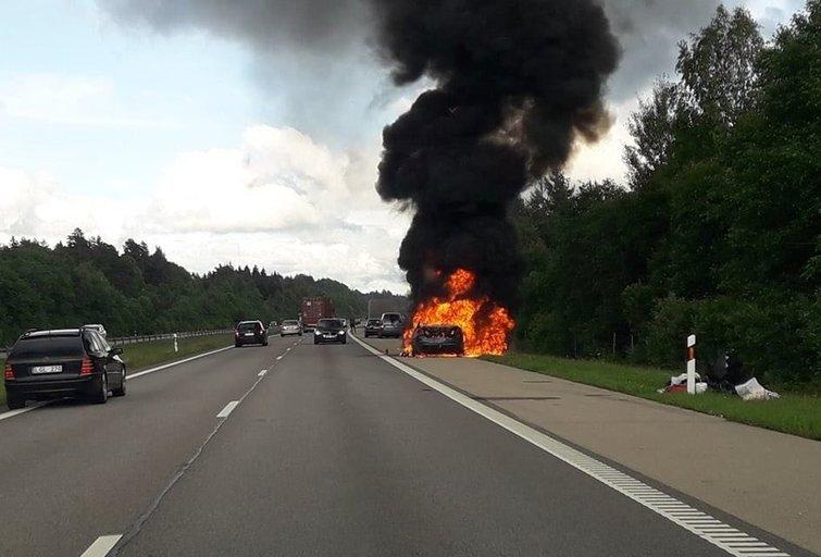 Kelyje Klaipėda–Kaunas sudegė BMW (nuotr. skaitytojo)