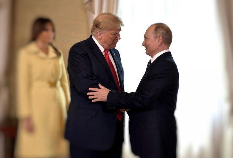 D. Trumpo ir V. Putino susitikimo Helsinkyje akimirka (nuotr. SCANPIX) tv3.lt fotomontažas