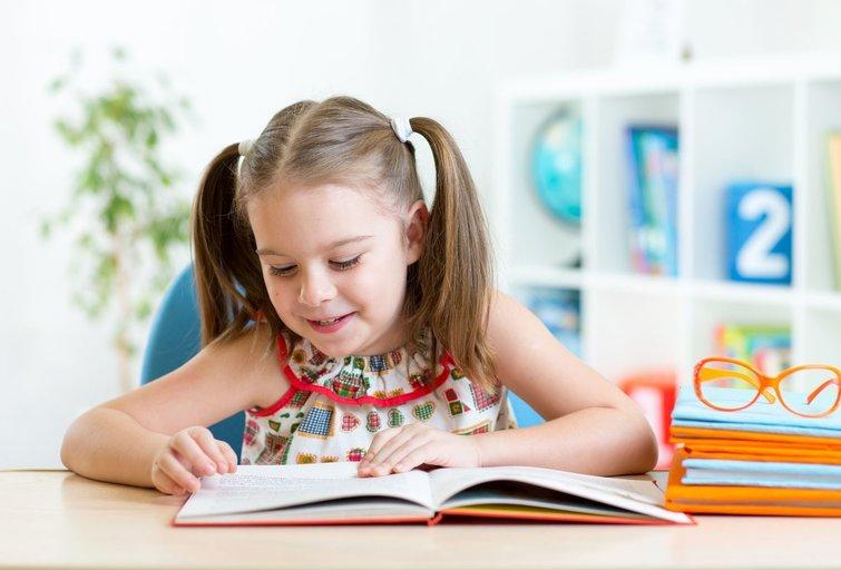 Vaikas skaito  (nuotr. 123rf.com)