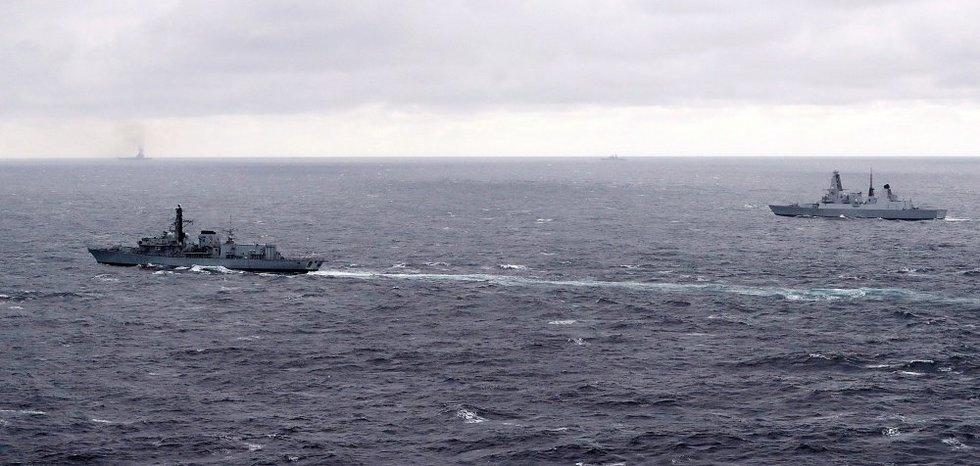 Britų laivai, sekantys rusų laivyną (nuotr. SCANPIX)