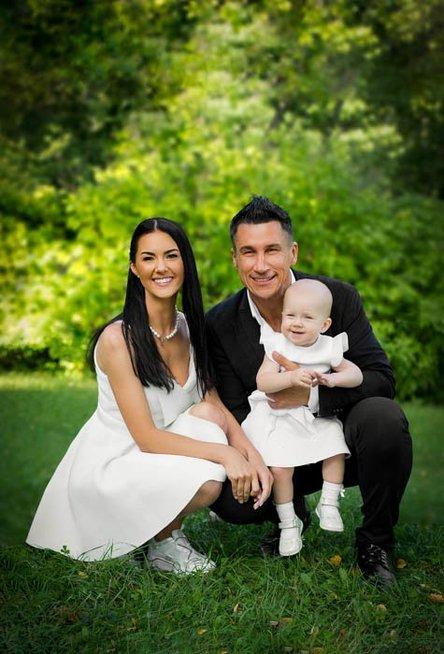S. Skambino dukrelės Milos krikštynų akimirkos (nuotr. diamond-photo.com)
