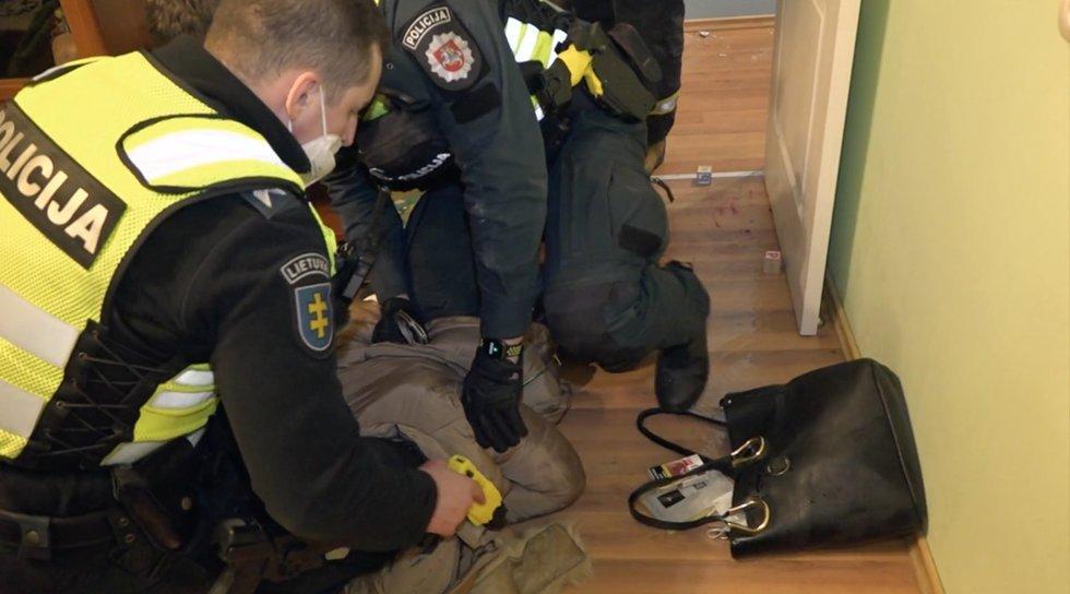 Farai. Riksmus išgirdę kaimynai kvietė tarnybas: duris išlaužę pareigūnai moterį rado jau be sąmonės