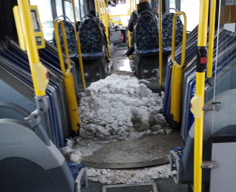 Sniegas autobuse