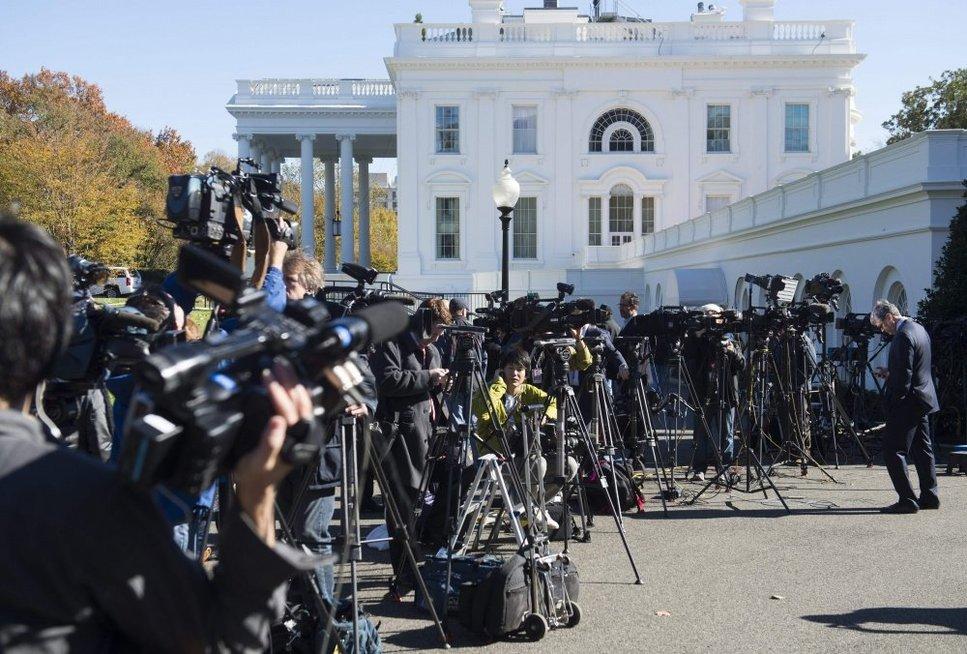 Tarsi mostelėjus burtų lazdele: Baltuosiuose Rūmuose susitikę prezidentai pakeitė toną (nuotr. SCANPIX)