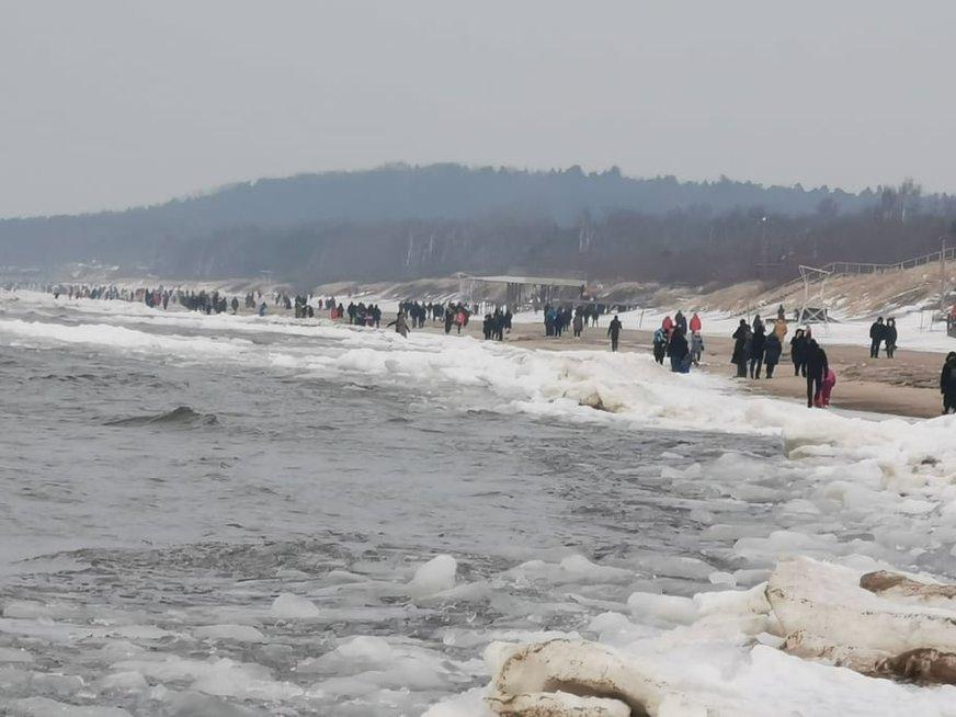 Sekmadienio popietę Klaipėdoje prie jūros plūdo žmonės