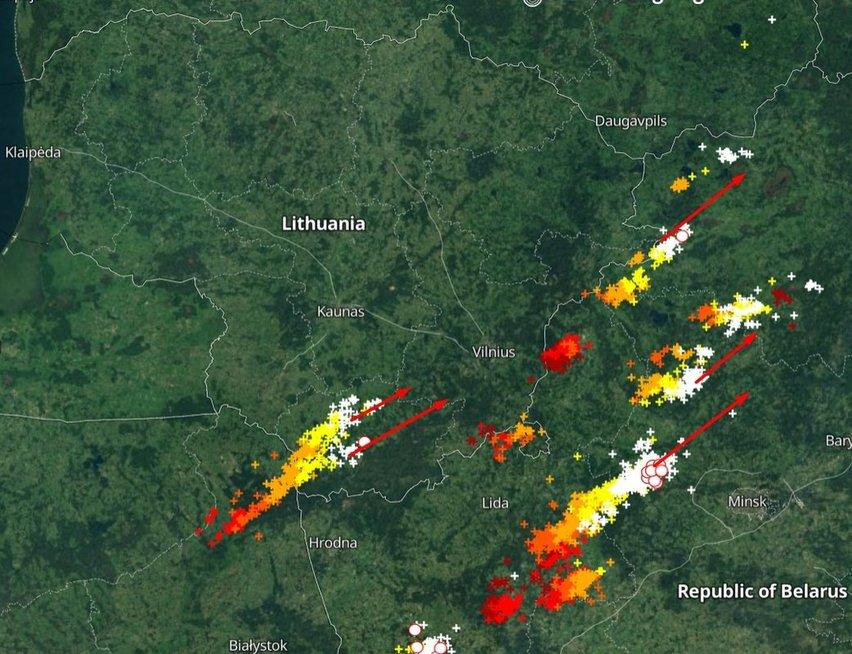 """Per Lietuvą slenkantys žaibai (nuotr. """"Orai ir klimatas Lietuvoje"""")"""