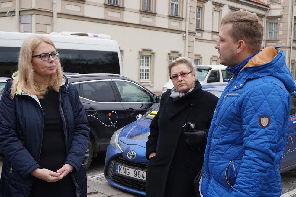 Viceministrė Kristina Garuolienė (kairėje) kvietė problemas aptarti susėdus prie stalo ministerijoje. Aldonos Milieškienės nuotr.