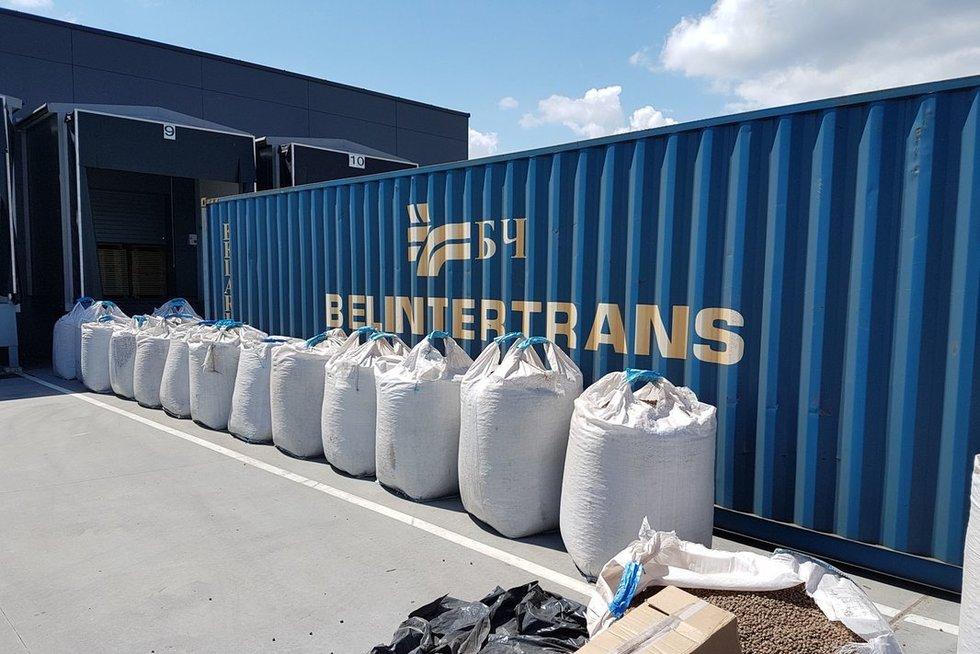 Traukiniu gabentame konteineryje – kruopščiai paslėpta kontrabandos siunta