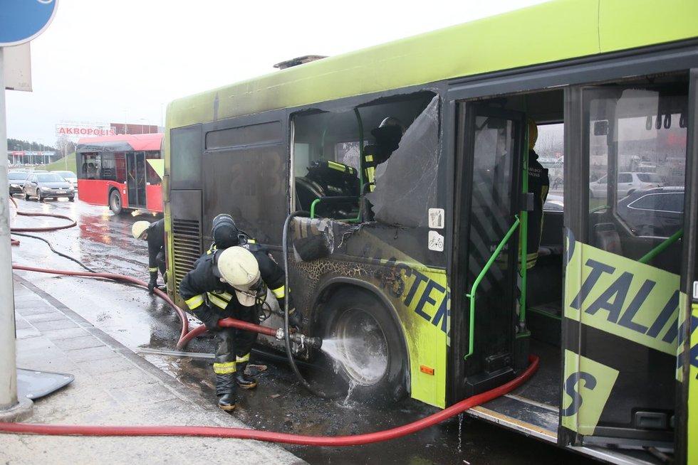 Sostinėje užsidegė greitojo maršruto autobusas (nuotr. Broniaus Jablonsko)