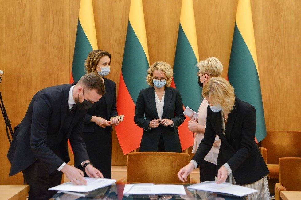 Konservatoriai, liberalai ir Laisvės partija pasirašė koalicijos sutartį (nuotr. Fotodiena/Justino Auškelio)