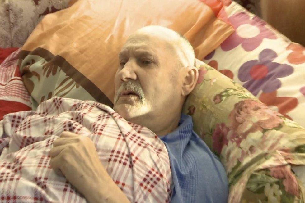 Tv pagalba. Iš lovos negalintis pakilti vyras be dokumento  (nuotr. stop kadras)