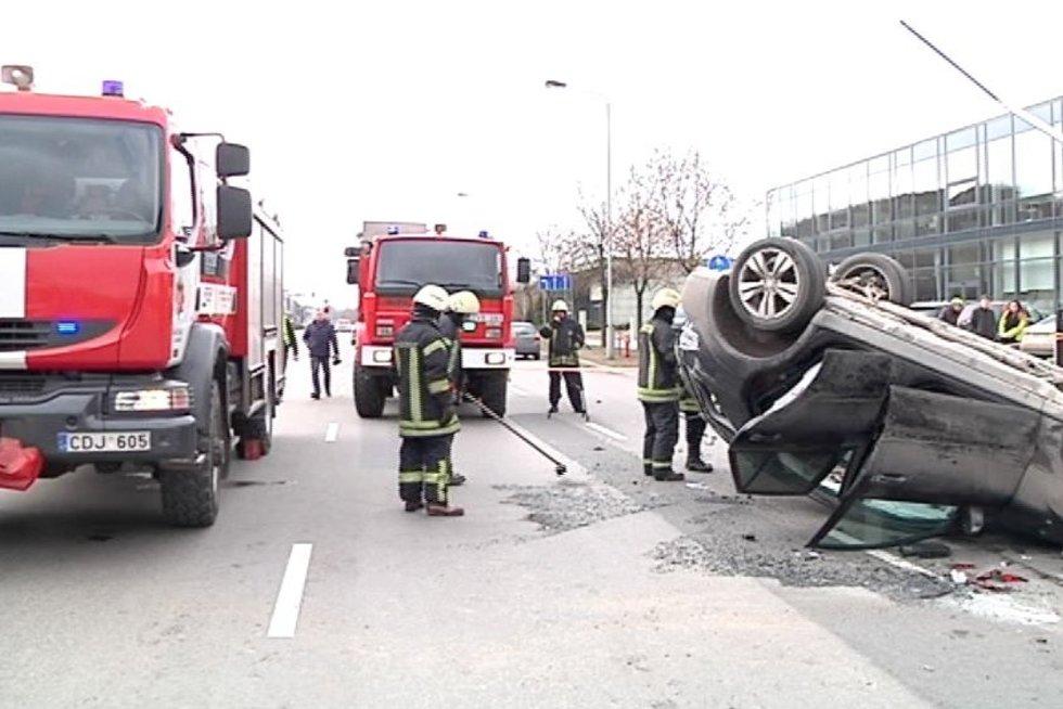 Jaunos merginos vairuojamas automobilis judrioje gatvėje sukėlė avariją (nuotr. TV3)