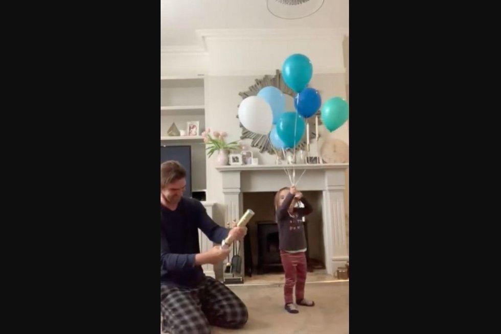Kūdikio lyties atskleidimo vakarėliui pasibaigus blogai, vyras iš skausmo raitėsi ant žemės (nuotr. stop kadras)