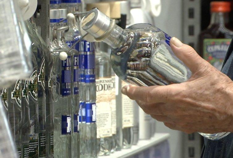 Liberalai siekia laisvinti alkoholio prekybą (nuotr. stop kadras)