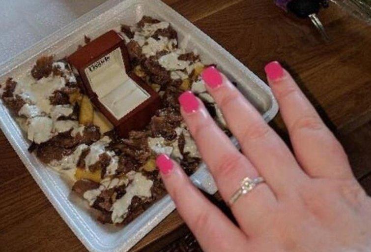 Vyras savo mylimajai pasipiršo su kebabu (nuotr. facebook.com)