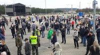 """Prie """"Litexpo"""" vakcinavimo centro susidarė didžiulės eilės (nuotr. Nerijus Baniūnas/TV3)"""