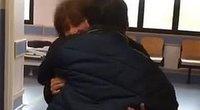 Pasveikęs nuo koronaviruso Benas pirmiausiai apsikabino savo mamą  (nuotr. facebook.com)