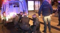 Į pagalbą kolegoms skubėję pareigūnai pateko į sulaikytojo spektaklį (nuotr. stop kadras)