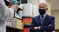 JAV prezidentas Joe Bidenas dėvi dvi kaukes